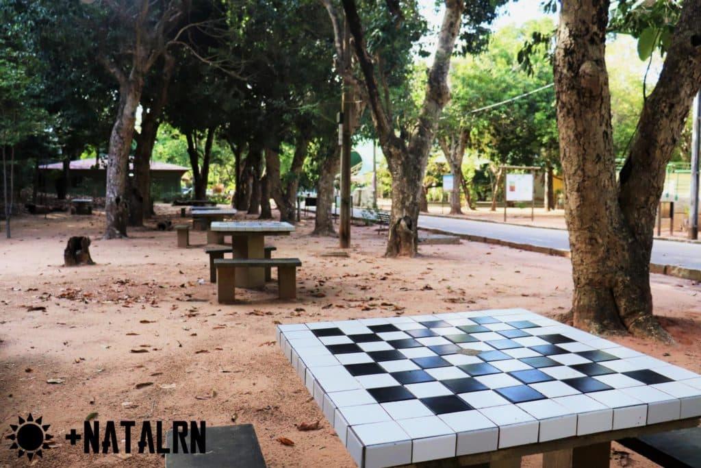 Área de piquenique e de Jogo de xadrez ou dama de mesa do Bosque dos namorados
